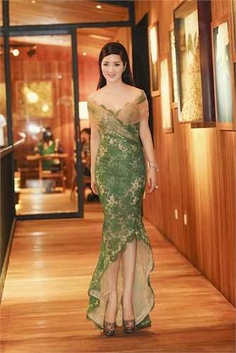 Chiếc đầm giúp người đẹp khoe được hình thể chuẩn và những đường cong nóng bỏng.
