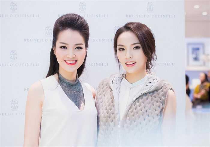 Tân Hoa hậu Việt Nam 2014 Nguyễn Cao Kỳ Duyên đọ sắc cùng Á hậu Thụy Vân khi cùng xuất hiện trong một sự kiện.