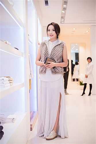 Ngắm hai nhan sắc rạng rỡ: Hoa hậu Nguyễn Cao Kỳ Duyên và Á hậu Thụy Vân trong sự kiện tối qua.