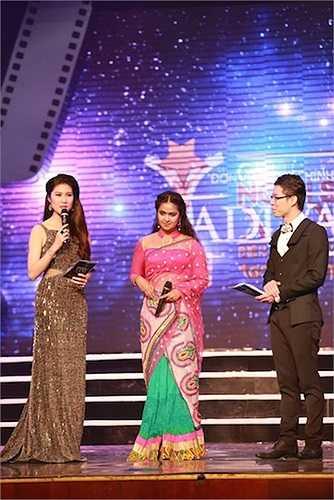 Nữ diễn viên Avika Gor đến từ Ấn Độ trao giải cùng ông Lâm Chí Thiện, trưởng BTC Ngôi Sao Xanh.