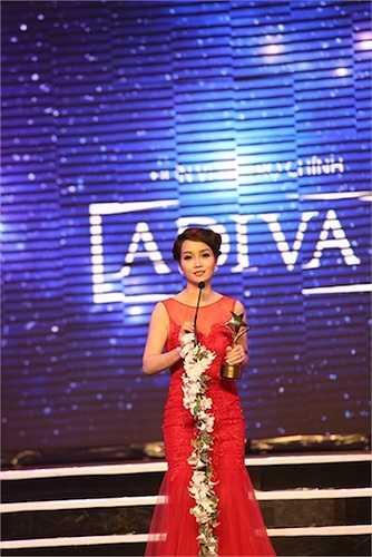 Nữ diễn viên Mai Thu Huyền thay mặt nam diễn viên Bình An lên nhận giải Gương mặt Điện ảnh triển vọng (Do Hội đồng nghệ thuật bình chọn)