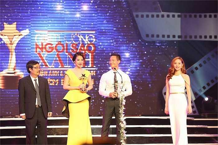 Kim Lý và Trương Ngọc Ánh cùng lên sân khấu nhận giải Nam & Nữ diễn viên Điện ảnh được yêu thích nhất(do khán giả bình chọn)