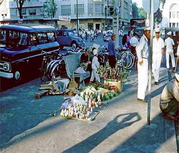 Các món đồ Giáng sinh được bày bán trên vỉa hè đường Lê Lợi, 1964. (Theo Kiến thức)