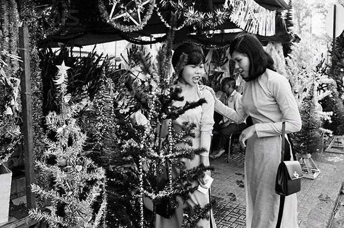 Tại một cửa hàng bán cây thông Noel, 1967. (Theo Kiến thức)