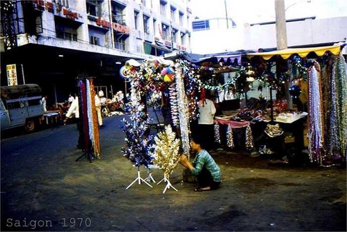 Một kios bán đồ trang trí Giáng sinh trên đường Nguyễn Huệ, 1970. (Theo Kiến thức)
