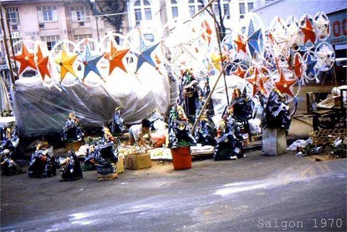 Đèn ông sao là vật trang trí không thể thiếu trong dịp Giáng sinh ở Sài Gòn trước 1975. (Theo Kiến thức)