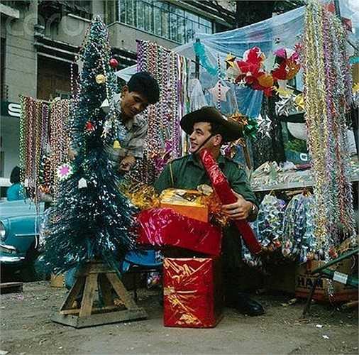 Một lính Australia mua sắm đồ Giáng sinh ở Sài Gòn năm 1966. (Theo Kiến thức)