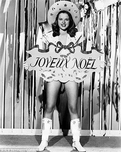 Nữ diễn viên người Anh Diana Doris chụp ảnh cùng một tấm thiệp chúc Giáng sinh bằng tiếng Pháp