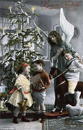 Tấm bưu thiếp về gia đình bên cây thông Noel