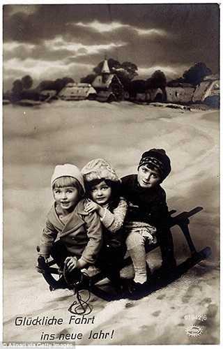 Những đứa trẻ Đức chơi trượt tuyết trong ngày Noel