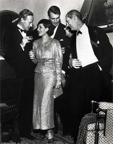 Từ trái qua phải là các diễn viên Leslie Howard, Norma Shearer, Gary Cooper và Lionel Barrymore chụp ảnh trong Noel năm 1932