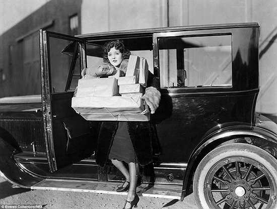 Nữ diễn viên Doris May bước ra khỏi xe sau khi đi mua sắm năm 1921