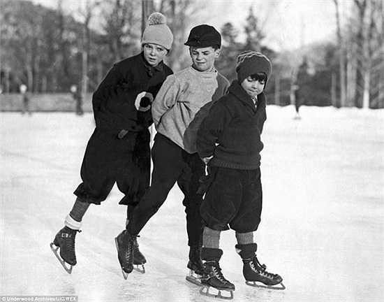 Ba cậu bé vui chơi Giáng sinh ở New York năm 1929