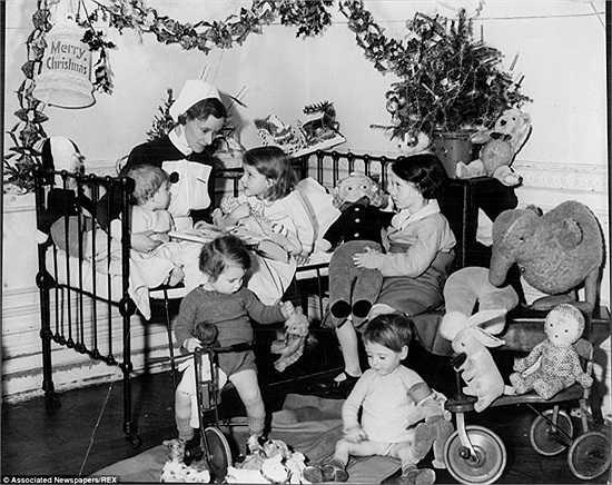 Nữ y tá chơi đùa cùng những đứa trẻ tại bệnh viện trẻ em Hampstead, Anh năm 1936