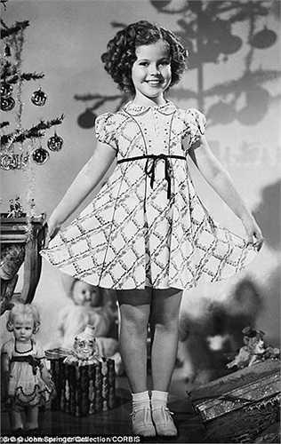 Cô bé mặc váy xinh đẹp trong Noel năm 1953 ở London