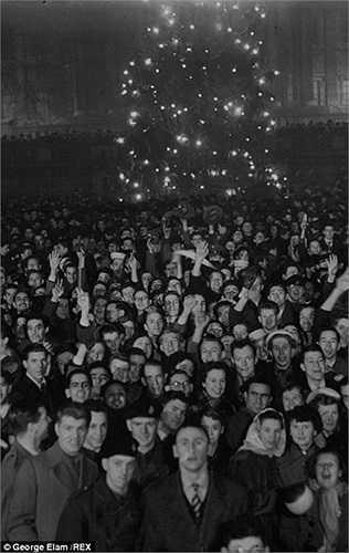 Hàng trăm người đón năm mới ở London năm 1953