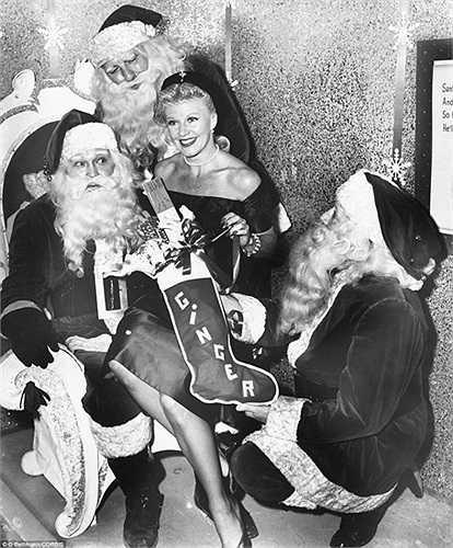 Ông già Noel tặng quà cho một phụ nữ trong bức ảnh trong năm 1950