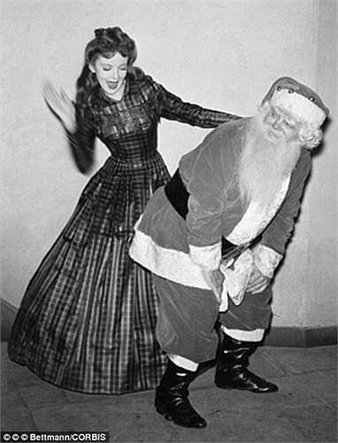 Cô gái chơi đùa cùng ông già Noel