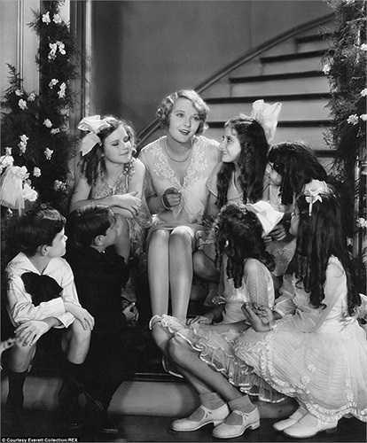 Người phụ nữ hát mừng Giáng sinh cùng những đứa trẻ trong bức ảnh chụp vào các năm 1940