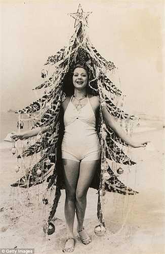 Cô gái mặc bộ váy hình dạng cây thông Noel ở Califonia