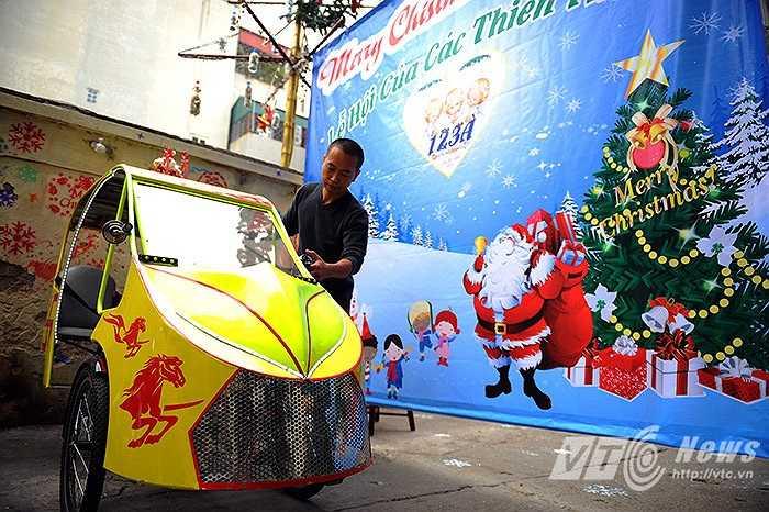 Anh Phạm Thanh Hải (41 tuổi) chủ nhân của chiếc xe đạp độc đáo này chia sẻ: 'Chiếc xe hoàn toàn sử dụng sức người để vận hành nên rất thân thiện với môi trường và đạp xe cũng là một cách để duy trì sức khỏe của bản thân.'