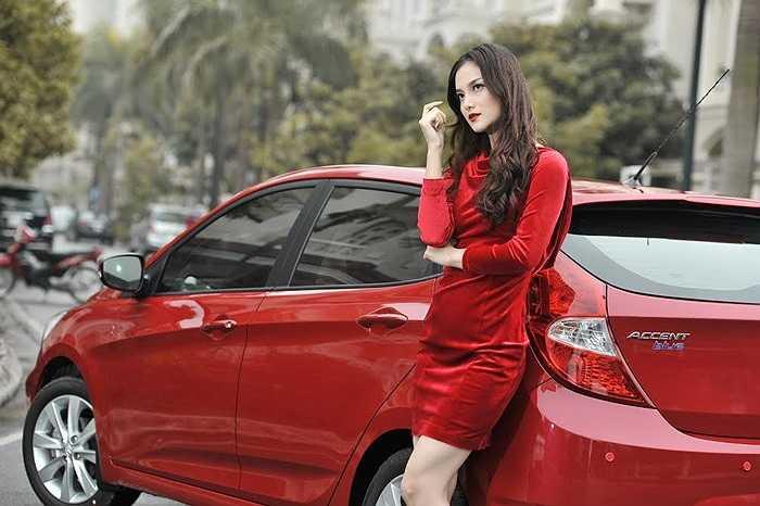Sắc đỏ, trắng là biểu tượng trong dịp Giáng sinh. Trong ảnh người mẫu Trang Hà rực rỡ bên mẫu xe Hyundai Accent Blue 2015 màu đỏ. Xe được bán ra thị trường với 5 màu sắc lựa chọn: Trắng, Bạc, Đỏ, Xanh và Đen.