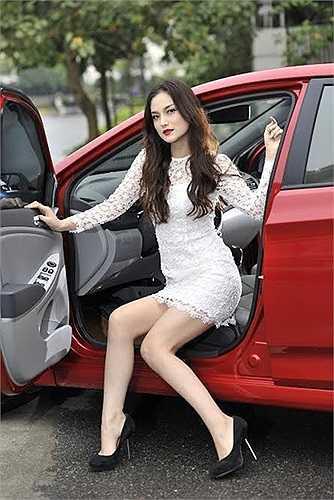 Ngoài ra ngoại thất xe còn thể thao hơn với bộ la-zăng 16 inch, bên cạnh đó cốp sau có thể mở bằng điều khiển từ xa rất tiện dụng.