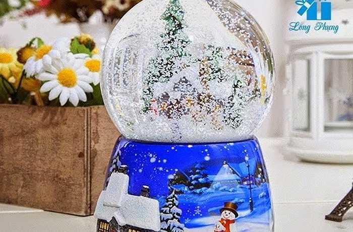 Một món quà không thế thiếu cho ngày lễ giáng sinh năm nay không kém phần lung linh đó là những quả cầu tuyết nhiều màu sắc sặc sỡ với những hình ảnh đi cùng chủ đề bạn chọn và có những bông tuyết rơi kèm lạ mắt.