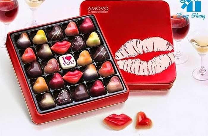Quà chocolate đem lại hương vị ngọt ngào khi người bạn tặng. Hương vị thơm, đắng, ngọt trong miệng luôn làm bạn ngon miệng.