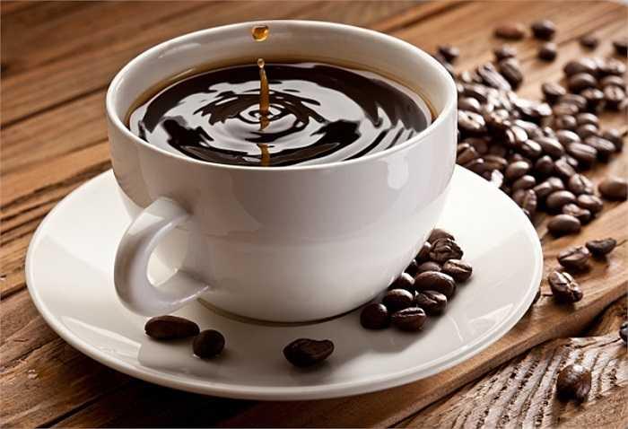 11. Cà phê: Uống một tách nhỏ cà phê giúp giảm đau đầu, đau nhức cơ thể. Cà phê cũng làm tăng huyết áp, qua đó giúp chuyển hóa rượu nhanh hơn.