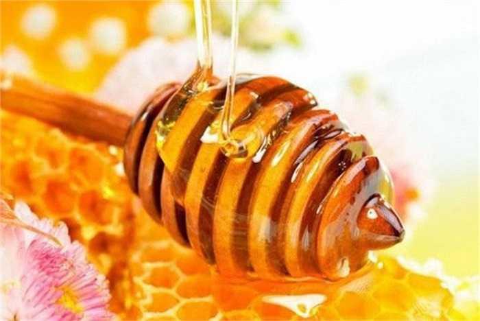 13. Các nhà nghiên cứu Hoa Kỳ chỉ ra rằng đó là bởi vì mật ong có chứa một loại đường đặc biệt của fructose, có thể thúc đẩy sự phân hủy của rượu, giảm đau đầu, đặc biệt là đau đầu do rượu vang đỏ gây ra.