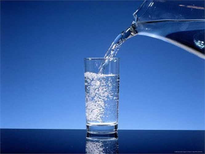 15. Nước: Chất cồn làm mất nước, khiến bạn cảm thấy uể oải hơn. Vì vậy, uống nhiều nước từ sáng để chống lại cơn khó ở do rượu.