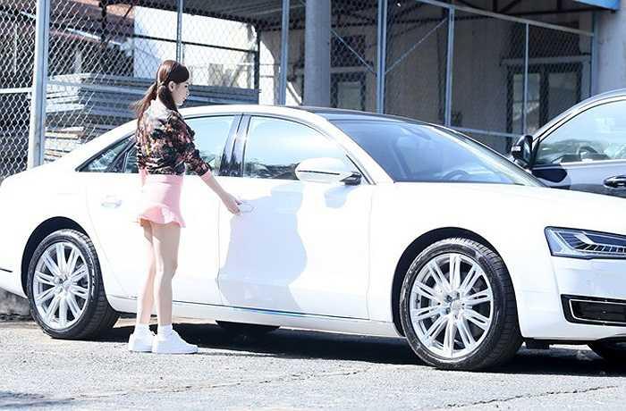 Mới đây, Angela Phương Trinh đã đưa xe đi bấm số.