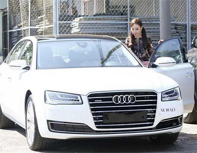 Sau khi mua xe, Angela Phương Trinh đã tặng lại chiếc xe 2 tỷ cho em gái và mua tặng mẹ và một người mà cô gọi là 'anh trai' 2 chiếc xe Vespa