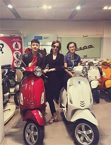 Angela Phương Trinh mua xe Vespa tặng mẹ và 'anh trai'.