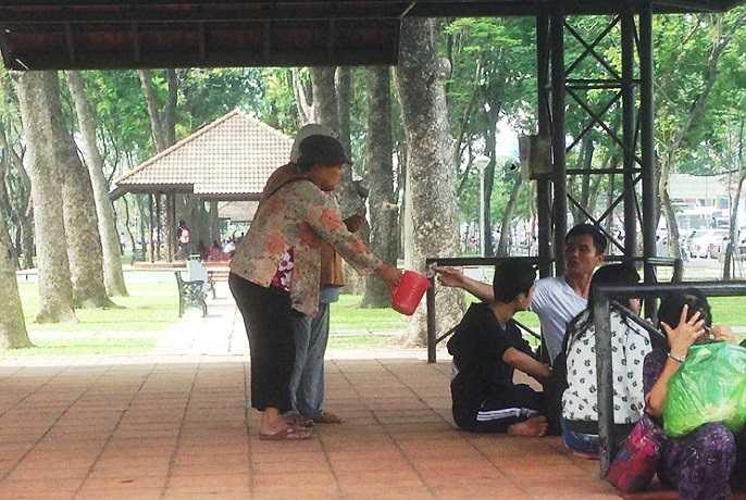 Cảnh người già lang thang xin tiền tại công viên 23/9, quận 1. (Ảnh Lê Hưng)
