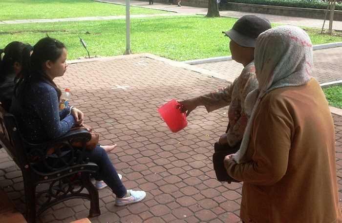 Hai cụ bà này cho biết, không muốn vào Trung tâm Hỗ trợ xã hội mà chỉ thích đi lang thang ăn xin kiếm tiền chi tiêu hàng ngày. (Ảnh Lê Hưng)