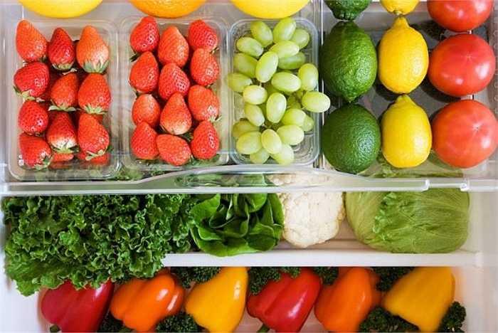 1. Mặc dù cuộc sống đã khá lên, nhưng thói quen tích trữ nhiều thức ăn trong ngày lễ của nhiều người vẫn không thay đổi. Theo các bác sỹ khoa dinh dưỡng, thực phẩm được tích trữ lâu ngày, dù tươi sống nhưng để lâu cũng bị mất chất dinh dưỡng và thậm chí còn có nguy cơ bị nhiễm khuẩn gây ra các bệnh về đường tiêu hóa.