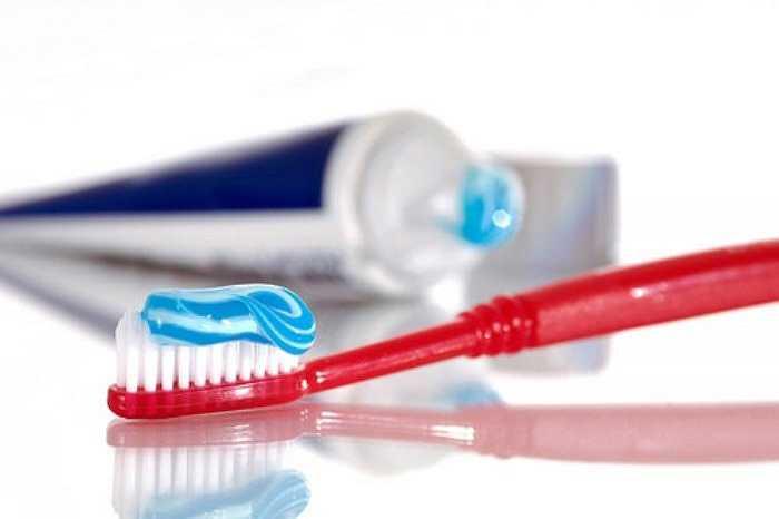 11. Nhiều người sau khi uống vang đỏ liền chạy thẳng vào phòng tắm đánh răng. Tuy nhiên, theo nha sĩ Gigi Meinecke - phát ngôn viên Viện Hàn lâm Nha khoa Tổng quát, rượu (trắng và đỏ) có thể hòa tan men răng, nếu chải răng ngay tức thì có thể góp phần làm mòn răng.