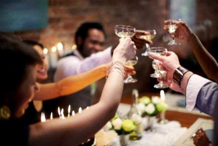 12. Sử dụng quá nhiều chất kích thích đặc biệt là rượu, bia, đồ uống có ga là điều không tránh khỏi nhưng uống quá nhiều rượu có thể gây rối loạn tâm thần, hoang tưởng, sơ gan... Riêng rượu kém chất lượng, pha bằng cồn công nghiệp (methanol), có thể gây chết người.