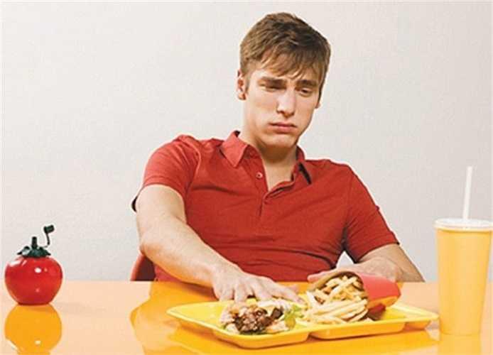 3. Thói quen ăn uống thất thường như vậy sẽ ảnh hưởng nghiêm trọng đến sức khỏe bạn sau này. Các triệu chứng rõ rệt nhất là bạn có thể bị rối loạn tiêu hóa, đau bụng, tiêu chảy, buồn nôn…Nguyên nhân chính là do ăn uống thất thường và không đủ chất mà lại sử dụng quá nhiều đồ uống có ga dễ gây kích thích hệ thần kinh.