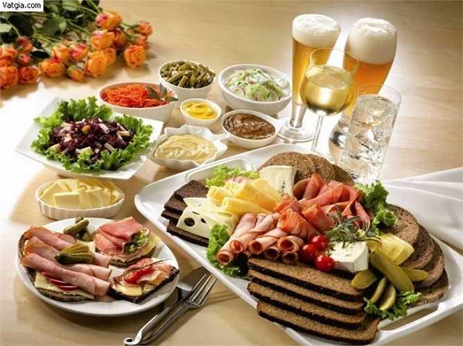 4. Ăn nhiều món trong một bữa: Ngày lễ Tết, các bữa ăn thiên về nhóm bột đường, đạm và chất béo mà thiếu mất nhóm vitamin. Cơ thể chỉ cần một tỷ lệ chất bột đường, chất đạm và chất béo nhất định, nếu ăn quá nhiều sẽ dẫn đến béo phì.