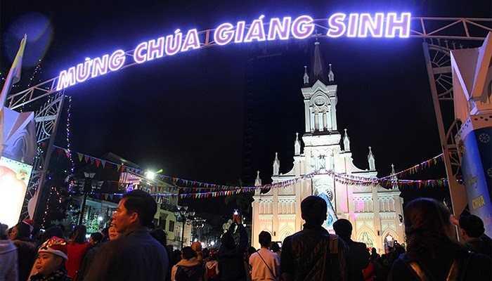 Tối 24/12, hàng nghìn người dân Đà Nẵng đổ đến các nhà thờ dự canh thức Giáng sinh và thánh lễ. Thu hút đông người nhất là nhà thờ Chính tòa.