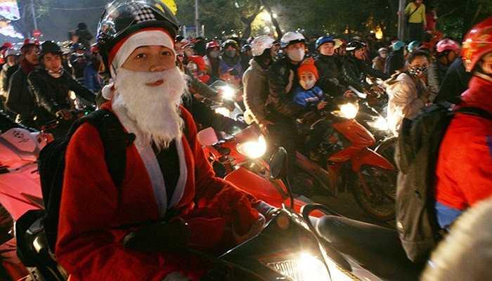 Nhiều ông già Noel đi phát quà theo đơn đặt hàng bị kẹt cứng giữa quảng trường Đông Kinh Nghĩa Thục.