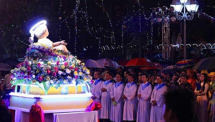Buổi lễ tại nhà thờ Chính tòa kéo dài tới 22h, hàng nghìn người dân kiên nhẫn đứng dưới mưa dự lễ, cầu mong một mùa Giáng sinh an lành.