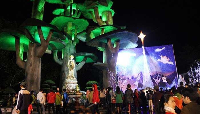 Tại thánh địa La Vang (huyện Hải Lăng, Quảng Trị), tượng Đức Mẹ bừng sáng dưới những tán đa nổi tiếng được trang hoàng bằng ánh điện xanh huyền ảo. Rất đông người dân đã đến đây chứng kiến khung cảnh đẹp mắt