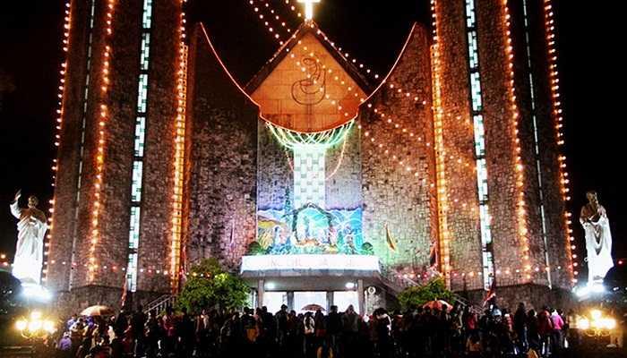 Tại thành phố Huế, cơn mưa dai dẳng không ngăn được dòng người đổ về nhà thờ Phú Cam. Đây cũng là nơi diễn ra nhiều nghi lễ quan trọng của giáo dân mỗi dịp Noel. 'Lần đầu tiên cả gia đình được đón mừng thánh lễ tại Huế. Trời se lạnh, mưa lất phất nhưng mọi người vẫn quyết tâm hòa mình vào không khí của ngày lễ thiêng', anh Quang Lê chia sẻ