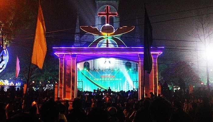 Tại Nghệ An, Thánh đường giáo xứ Cầu Rầm đêm giáng sinh rực sáng để đón người dân thành phố Vinh đổ về
