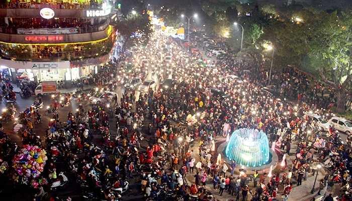 Các nhà thờ nổi tiếng ở Hà Nội như Nhà thờ Lớn, Nhà thờ Cửa Bắc và xung quanh Hồ Gươm đông nghẹt người đi chơi Noel.