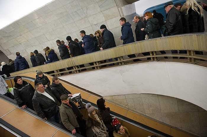Ilya viết: 'Tôi biết một số người thích tàu điện ngầm, họ nói rằng đi tàu điện cho thoải mái. Dẫu sao, như tôi, họ là những người ăn mặc tềnh toàng, luôn có ánh mắt chán nản và mệt nhọc'. Với họ, đi tàu điện còn rẻ nữa.